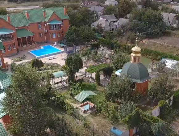 Суддя, яка збудувала каплицю на території власного маєтку, не відповідає посаді