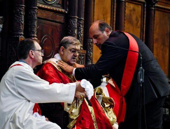 """В Італії кардиналу стало зле під час демонстрації """"чуда крові святого Януарія"""""""