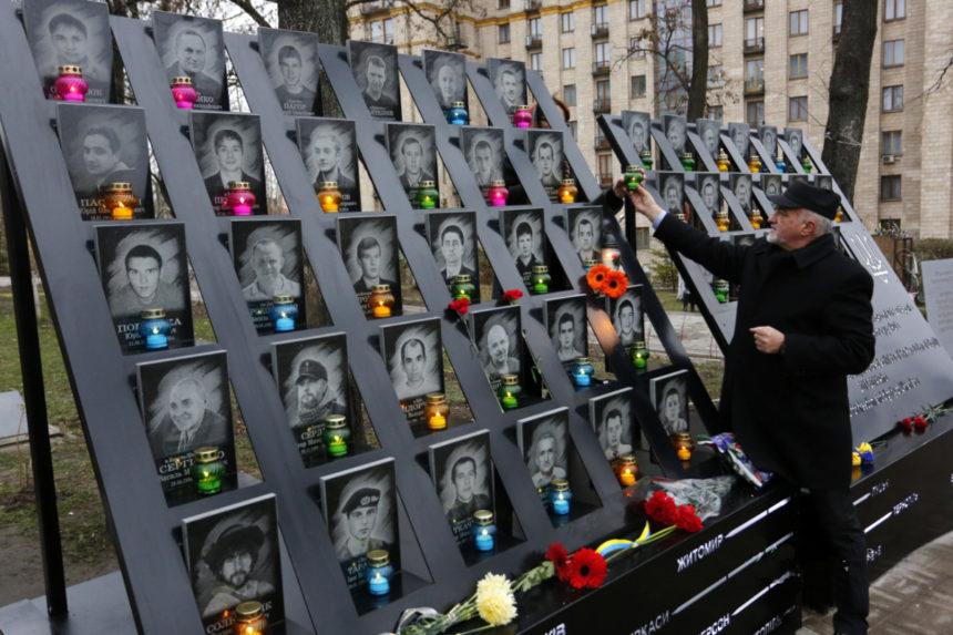 У Києві демонтували стелу і хрест з алеї Героїв Небесної сотні