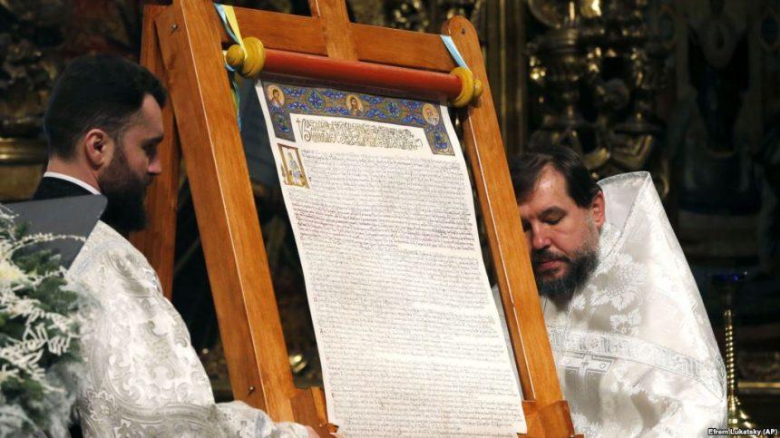 Томос повернули до України і показали вірянам у храмі в Рівному